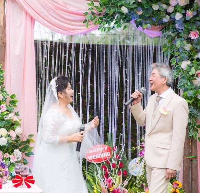 Cô dâu chú rể hát trong lễ cưới.