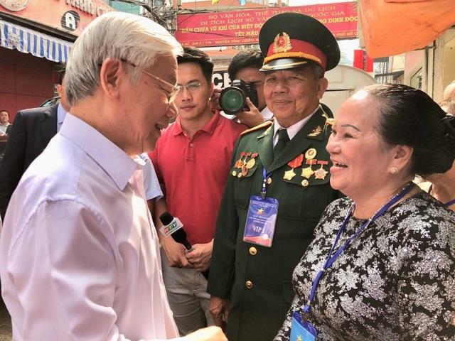 Tổng Bí thư Nguyễn Phú Trọng thăm hỏi các nhân chứng lịch sử về căn hầm vũ khí bí mật