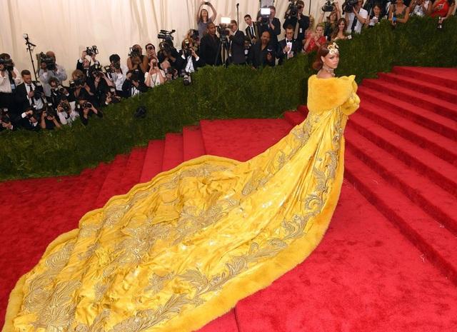 Bộ đầm gây sốc của Rihanna