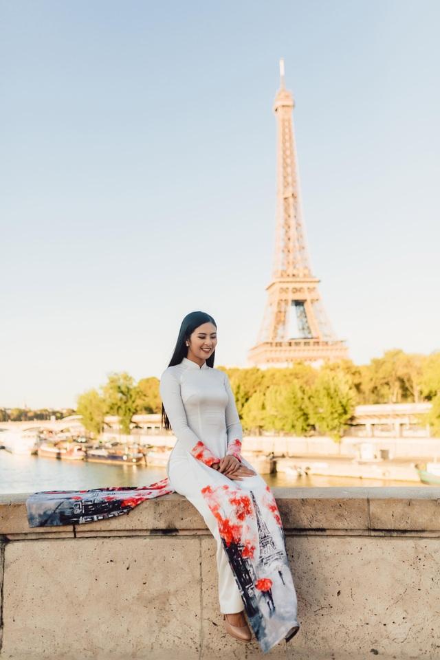 Tôi nhớ lắm cái cảm giác khi cầm trên tay cuốn sách dạy tiếng Pháp đầu tiên với bìa sách in hình tháp Eiffel lộng lẫy, những trang sách đầu tiên với bảo tàng Louvre, Khải hoàn môn tráng lệ, dòng sông Sein thơ mộng..., Hoa hậu Ngọc Hân chia sẻ.