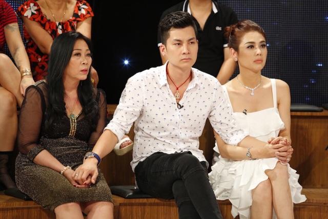 Nữ ca sĩ chuyển giới Khánh Chi (ngoài cùng bên phải) cùng mẹ chồng và chồng.