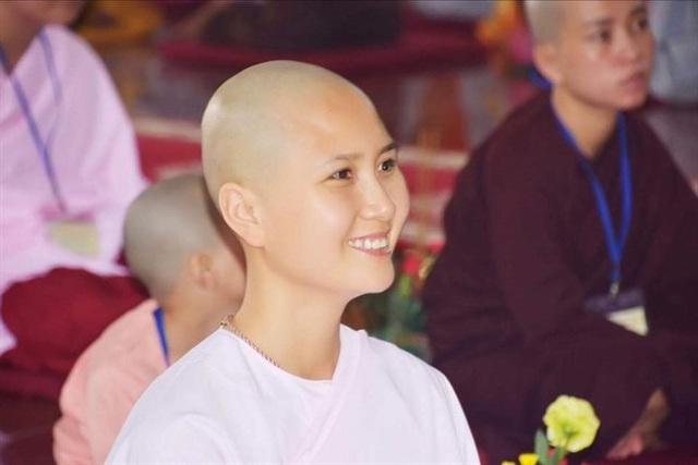 Hình ảnh Nguyễn Thị Hà nở nụ cười an yên nơi cửa Phật khiến Bảo Như thấy mừng cho bạn nhưng cũng dấy lên một niềm tiếc nuối... Ảnh: Bảo Như cung cấp.
