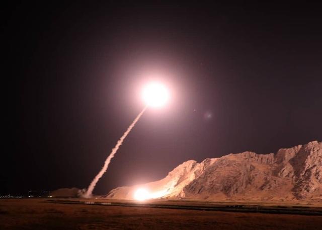 Khoảnh khắc tên lửa Iran được phóng đi từ bệ phóng (Ảnh: PressTV)