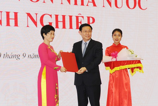 Phó Thủ tướng Chính phủ Vương Đình Huệ đã trao Quyết định của Thủ tướng Chính phủ bổ nhiệm Bà Nguyễn Thị Phú Hà.