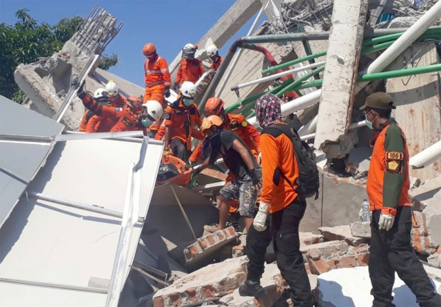 Quá trình tìm kiếm cứu hộ gặp nhiều khó khăn do thiếu thiết bị và thời gian không còn nhiều (Ảnh: Reuters)