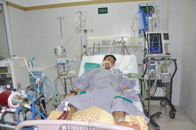 Vào viện cấp cứu trong tình trạng tim đã ngừng đập đến 30 phút, tính mạng của Việt vô cùng nguy kịch.