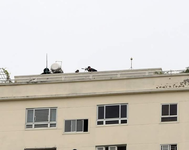 Lính bắn tỉa được bố trí ở quanh khu vực diễn ra sự việc, đề phòng đối tượng ôm vũ khí manh động gây nguy hiểm cho nhiều người.