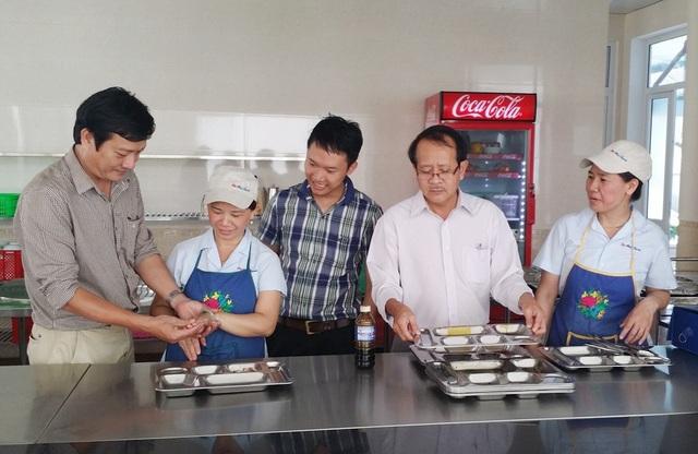 Test nhanh dụng cụ và bàn tay người chế biến tại các bếp ăn tập thể (ảnh: Sở Y tế tỉnh Thừa Thiên Huế cung cấp)