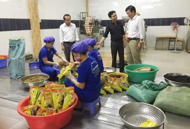 Kiểm tra cơ sở sản xuất thực phẩm chức năng Trà Cung đình Đức Phượng
