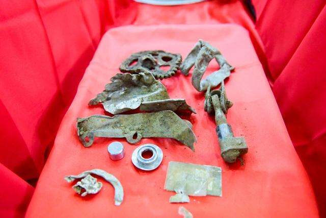 Những mảnh kim loại được cho là của chiếc máy bay MIG-21U gặp nạn 47 năm trước và rơi xuống vùng núi Tam Đảo.