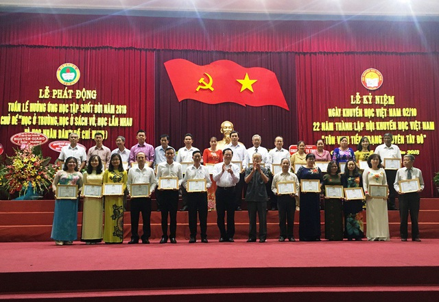 Hội khuyến học TP Cần Thơ và Sở Giáo dục và đào tạo đã khen thưởng và vinh danh 28 giáo viên có thành tích xuất sắc trong công tác khuyến học