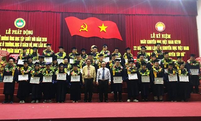 Ông Lê Văn Tâm - Phó chủ tịch UBND TP Cần Thơ và ông Đinh Viết Khanh - chủ tịch Hội khuyến học TP Cần Thơ trao học bổng cho các tiền trạng nguyên Tây Đô
