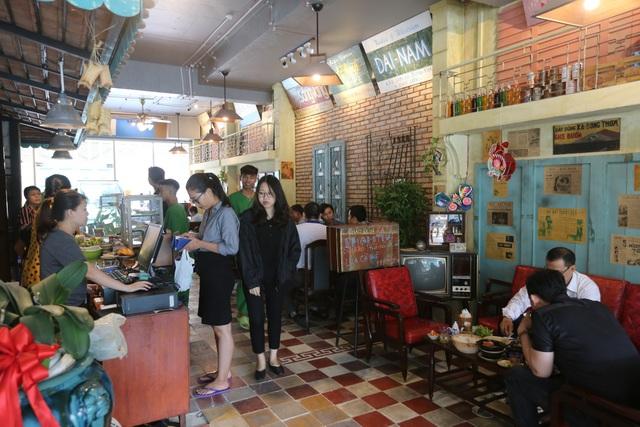 Quán cà phê nằm ở quận 2- khu đô thị hiện đại nhất Sài Gòn, là địa điểm thu hút khách bởi không gian và những hiện vật cổ xưa của Sài Gòn từ những năm 1930- 1975.