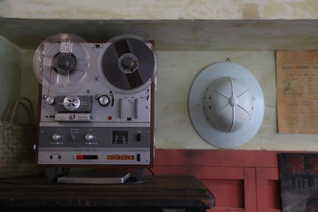 Bước chân qua cánh cửa kính, khách được thưởng thức âm nhạc từ dàn máy nghe nhạc Akai phổ biến những năm 1970 vẫn còn hoạt động tốt.