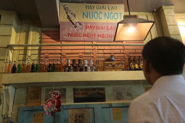 Tường được sơn sửa, treo các tấm biển quảng cáo phong cách xưa để tái hiện 1 phần đường phố.