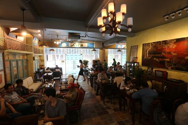 Quán được trang trí theo tông màu hoài cổ, kết hợp với những món đồ đã trải qua thời gian dài và từng quen thuộc với người Sài Gòn như bộ bàn ghế, chiếc tivi đen trắng, những tấm biển quảng cáo... tạo nên sự thu hút đối với thực khách.