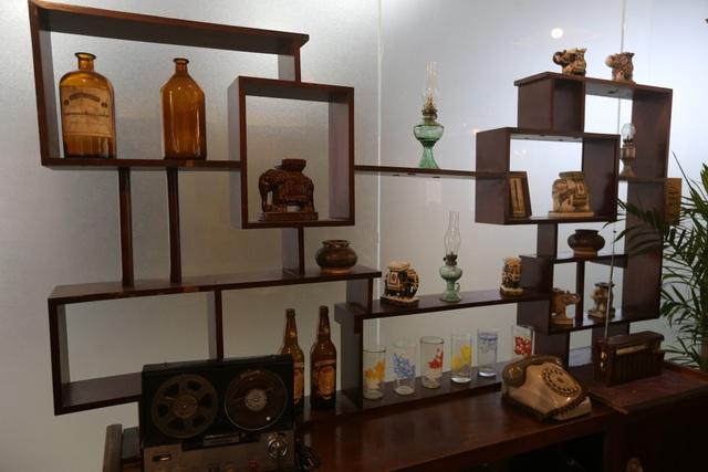 Quán rộng khoảng 300m2 và được chia thành nhiều khu vực. Trong ảnh là cách bài trí các đồ vật ở phòng khách theo phong cách Sài Gòn xưa.