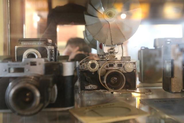 Những chiếc máy ảnh cũ được trưng bày trong tủ kính.