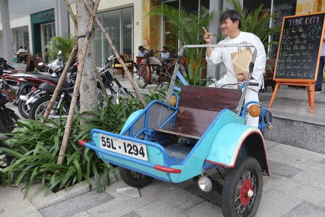 Trước cửa quán trưng bày chiếc xích lô máy hãng Peugeot của Pháp chế tạo, xuất hiện tại miền Nam những năm 1940. Đến thập niên 1960, xe này được sản xuất ngay trong nước nhưng động cơ vẫn là của hãng Peugeot. Đây là thời kỳ vàng son cuả giới xích lô máy Sài Gòn.