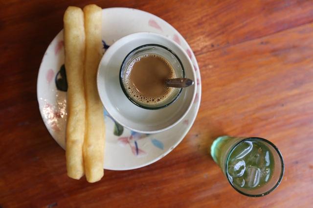 Một trong những món nổi bật của quán là quẩy chấm cà phê sữa.