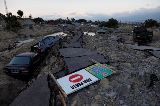 Xe ô tô bị nuốt chửng sau trận động đất tại Palu, Indonesia. (Ảnh: Reuters)
