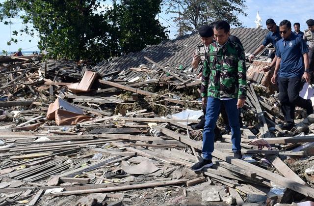 """""""Tôi hy vọng mọi người sẽ kiên nhẫn. Chúng ta sẽ khắc phục vấn đề này cùng nhau"""", Tổng thống Indonesia Joko Widodo trấn an các nạn nhân tại miền trung Sulawesi khi ông tới thăm khu vực này hôm 30/9."""