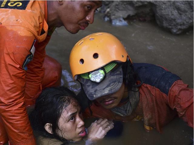 Đội cứu hộ giải cứu Nurul Istikharah khỏi đống đổ nát hôm 30/10 (Ảnh: AFP)