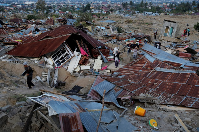 Nhà cửa đổ nát tại Palu - nơi chịu ảnh hưởng trực tiếp của thảm họa kép. (Ảnh: Reuters)