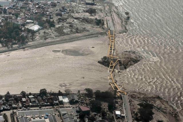 Đảo Sulawesi bị tàn phá nặng nề nhìn từ trên cao. (Ảnh: Reuters)