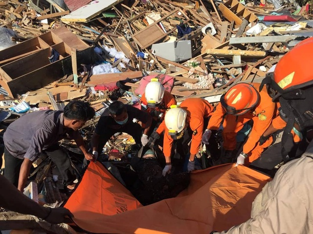 Lực lượng cứu hộ vẫn đang chạy đua với thời gian để giải cứu những nạn nhân bị mắc kẹt bên dưới các tòa nhà bị đổ sập. Tuy nhiên, họ phải cẩn trọng khi đào các đống đất đá vì dư chấn sau động đất vẫn còn khiến các công trình này chưa thực sự ổn định.