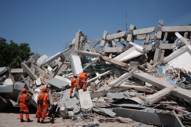 Lực lượng cứu hộ chạy đua với thời gian để tìm kiếm những nạn nhân sống sót bị mắc kẹt trong đống đổ nát. (Ảnh: Reuters)