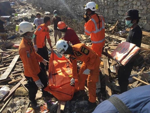 Các máy bay quân sự và dân sự đang vận chuyển hàng cứu trợ tới các khu vực chịu ảnh hưởng của thảm họa. Hiện nhu cầu chuyển các thiết bị hạng nặng để cứu những người còn sống bên dưới các đống đổ nát đang trở nên bức thiết hơn bao giờ hết.