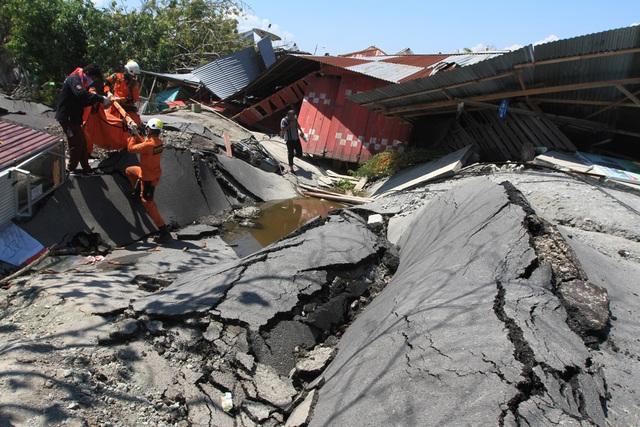 Mặt đất nứt nẻ, biến dạng sau động đất ở Indonesia. (Ảnh: Reuters)