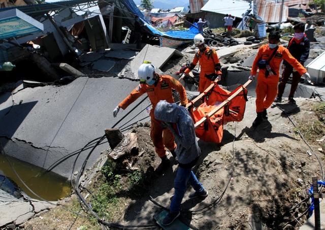 """Kinh hoàng mặt đất """"hóa lỏng"""" nuốt chửng nhà cửa trong động đất ở Indonesia - 9"""