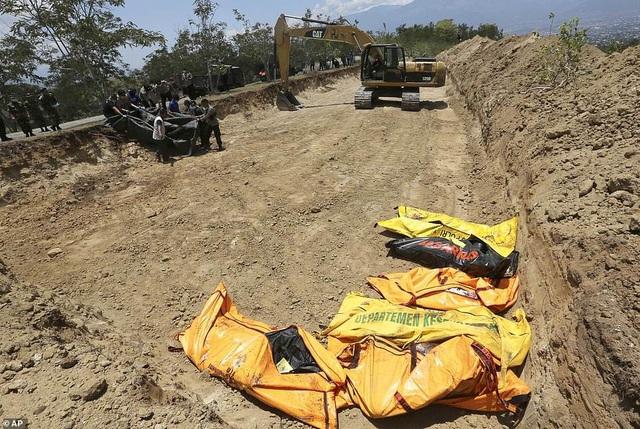 Mộ tập thể chôn các nạn nhân trong trận động đất và sóng thần tại Indonesia (Ảnh: AP)