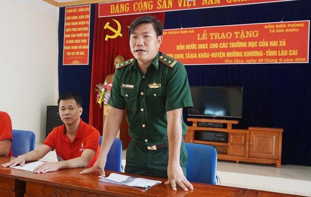Đồn trưởng Đồn Biên phòng Tả Gia Khâu Khổng Hữu Huân chia sẻ những khó khăn về thiếu nước sạch của bà con 2 xã Dìn Chin và Tả Gia Khâu.