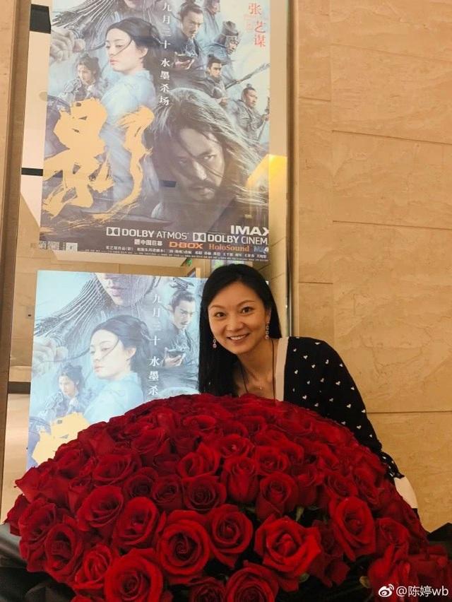 Đình Đình nhận bó hoa cưới gồm 99 bông hồng do chồng tặng nhân dịp sinh nhật lần thứ 37.