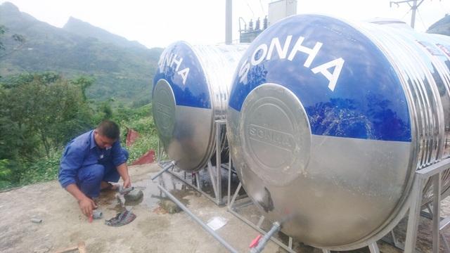...và đội ngũ kỹ thuật của Sơn Hà trực tiếp nắp đặt các bồn nước để cá nhân, tập thể được trao tặng có thể sử dụng được ngay.