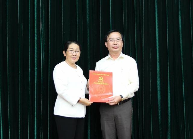 Bà Võ Thị Dung - Phó Bí thư Thành ủy TPHCM trao quyết định bổ nhiệm ông Trần Thế Thuận làm Chánh Văn phòng Thành ủy