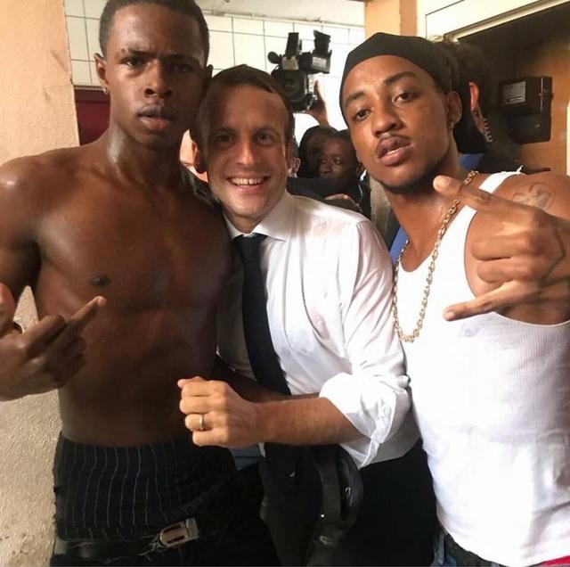 Bức ảnh gây tranh cãi của Tổng thống Pháp chụp cùng hai thanh niên tại Saint Martin. (Ảnh: RT)