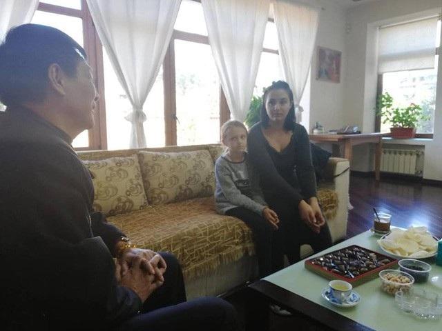 Anna Poyarkova trong cuộc gặp với Tùy viên Quốc phòng Việt Nam tại Ukraine (Ảnh: Nguyễn Anh Quân)