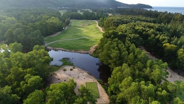 Sân golf thuộc khu phức hợp nghỉ dưỡng Laguna Lăng Cô hướng trực biển và khu biệt thự Banyan Tree Residences trên triền đồi