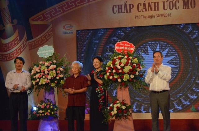 Tại buổi lễ, ông Nguyễn Văn Bình - Ủy viên Bộ Chính trị, Trưởng Ban Kinh tế Trung ương, Chủ tịch danh dự Quỹ Khuyến học, khuyến tài đất Tổ trao tặng lẵng hoa tươi thắm nhân dịp kỉ niệm ngày Khuyến học Việt Nam (2/10).