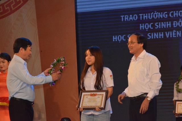 Ông Bùi Văn Quang - Phó Bí thư tỉnh ủy và ông Hà Kế San - Phó Chủ tịch UBND tỉnh Phú Thọ trao thưởng cho học sinh đỗ thủ khoa.