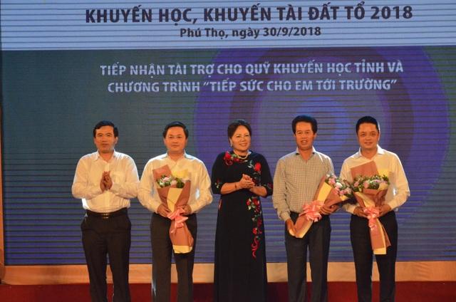 Bà Nguyễn Thị Kim Hải - Chủ tịch Hội khuyến học tỉnh Phú Thọ và ông Nguyễn Minh Tường - Giám đốc Sở GD&ĐT Phú Thọ lên tiếp nhận tài trợ từ các cơ quan, doanh nghiệp và các nhà hảo tâm.