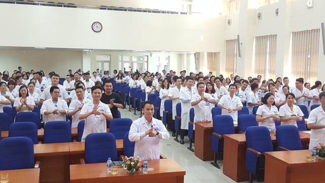 Các y bác sĩ cùng thực hiện các bước rửa tay an toàn.