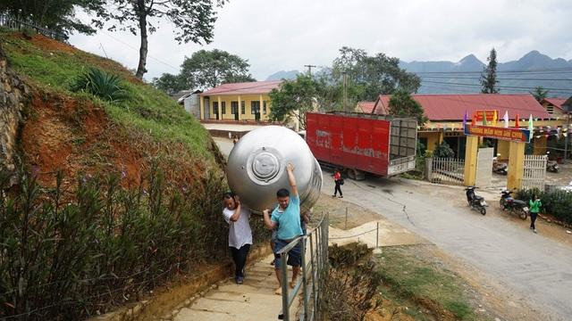 Sơn Hà cử đội ngũ nhân viên vận chuyển bồn nước trao tặng đến tận chân công trình của các điểm trường...