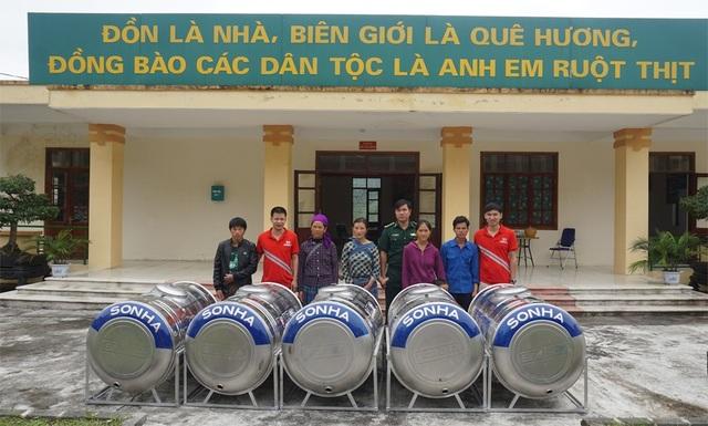 Những hộ dân địa phương đến nhận bồn nước mà Sơn Hà trao tặng tại Đồn Biên phòng Tả Gia Khâu.