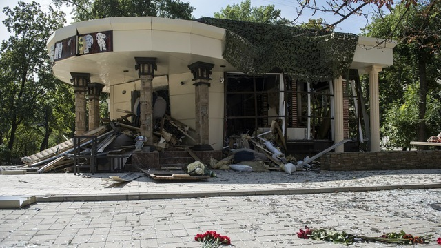 Bên ngoài quán cafe nơi ông Aleksandr Zakharchenko bị ám sát (Ảnh: Sputnik)
