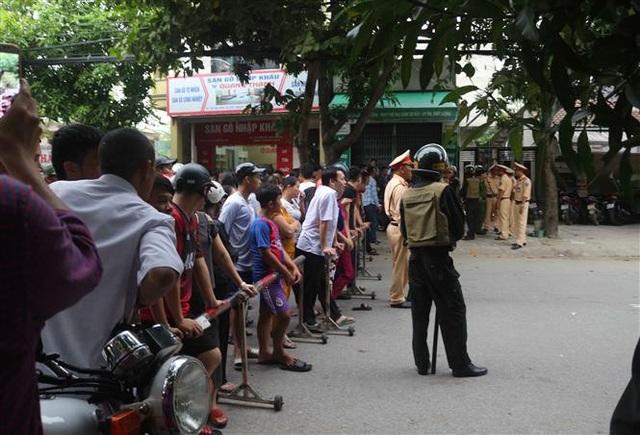Đường Hồng Bàng, Tp Vinh đang được công an phong tỏa. Ảnh: Nguyễn Oanh-TTXVN